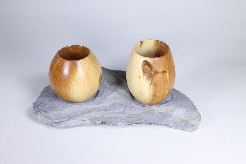 Vasen auf Schieferstein